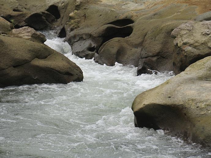 甌穴が沢山見られる犀川中流(金沢市大桑)