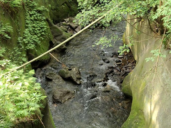 伏見川上流の甌穴の様子(金沢市山科にて)