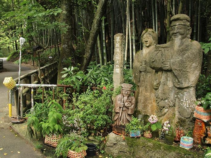 芋掘り藤五郎夫婦像(金沢市山科の山中にて)