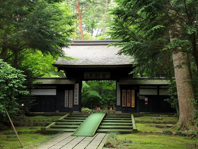 黒い「総門」 金沢市の大乗寺にて