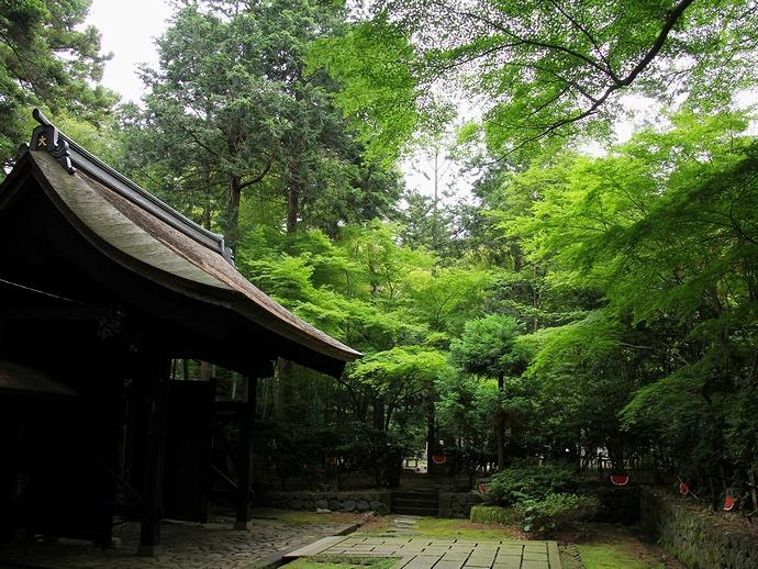 大乗寺総門と厳かな森