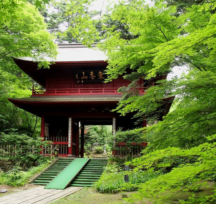青葉に囲まれた大乗寺の山門(金沢市)