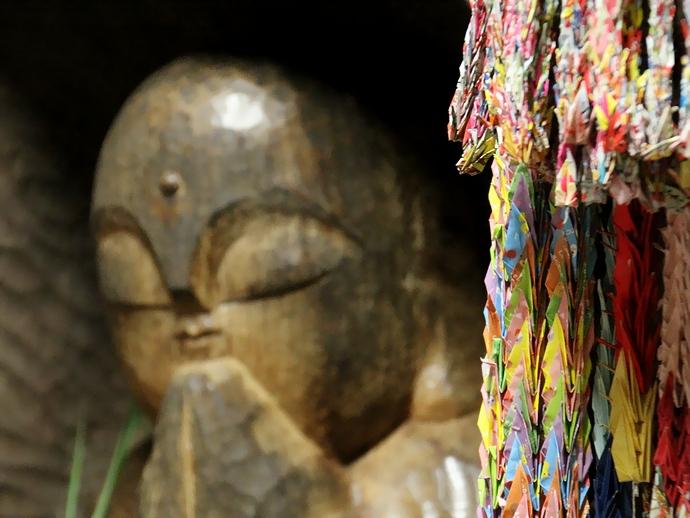 大乗寺鐘鼓楼の木彫り像 千羽鶴とともに