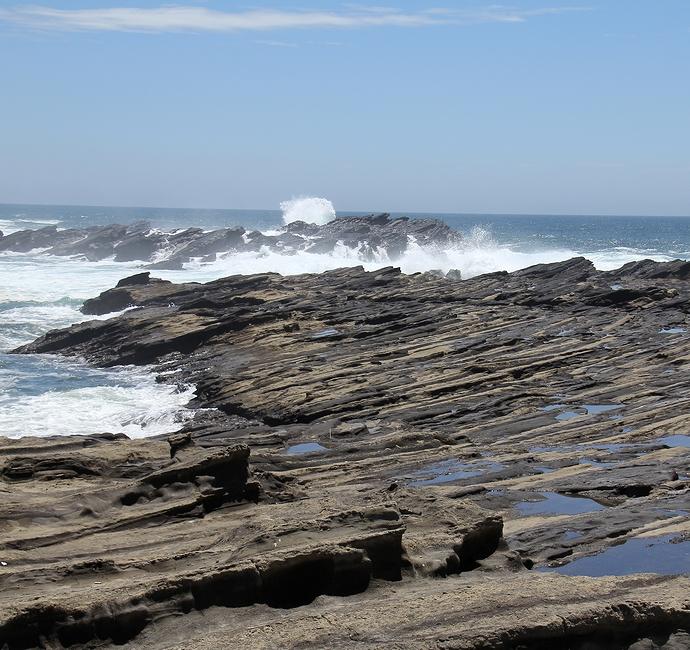 城ヶ島の岩礁と台風一過の海