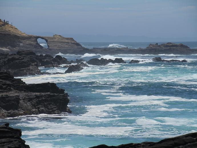 城ヶ島の岩礁と馬の背の洞門
