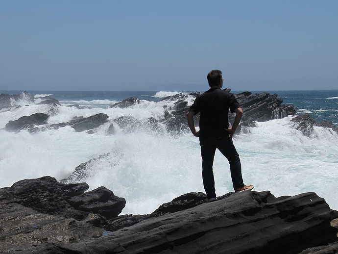 波を眺める人(城ヶ島にて)