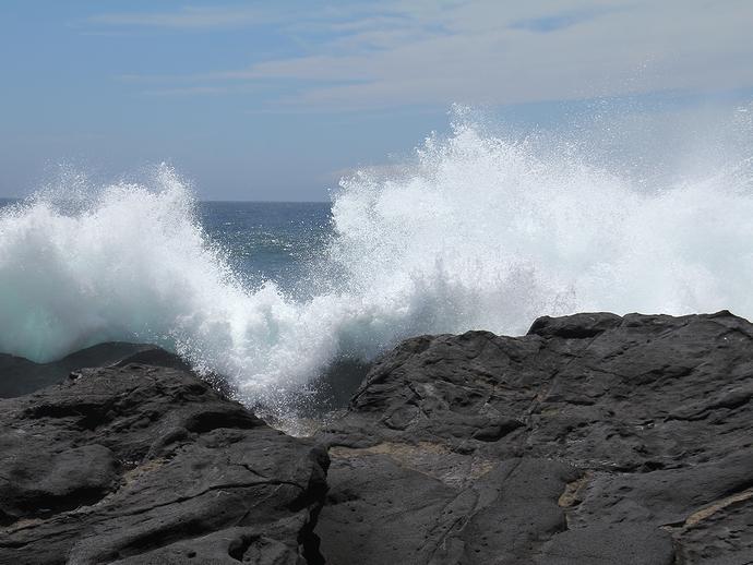 豪快に波が打ち寄せる太平洋 城ヶ島の海岸にて