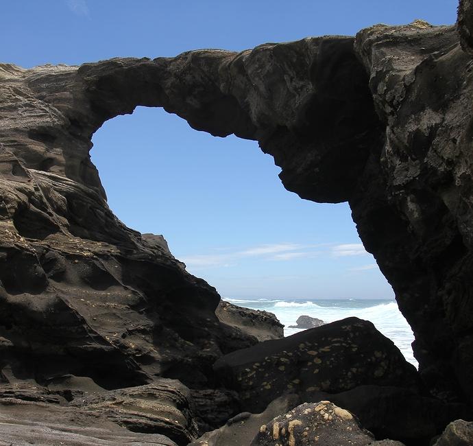 三浦半島城ヶ島のシンボル、馬の背の洞門