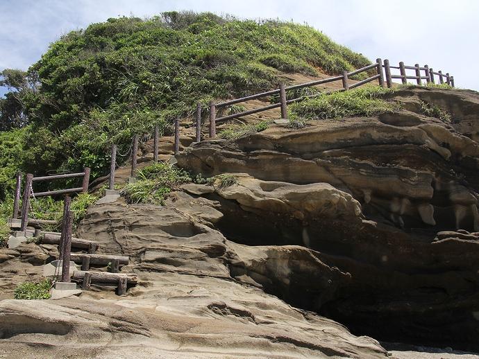 崖を登る階段