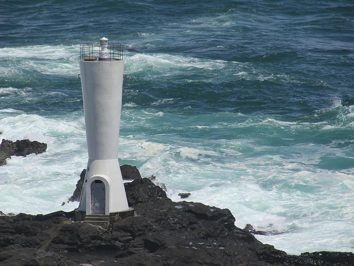 海に突き出した安房崎灯台