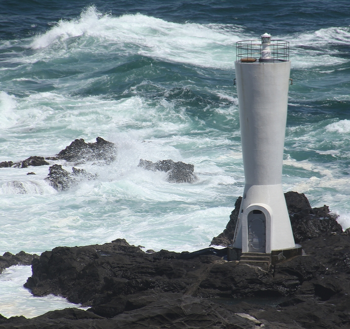 安房崎灯台と太平洋の荒波(城ヶ島公園)