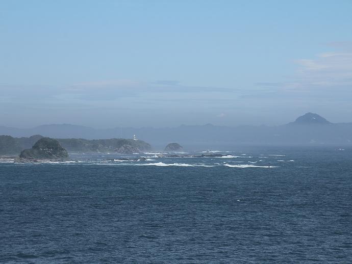 城ヶ島公園から見た鋸山と剱崎灯台