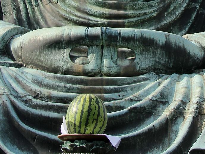 鎌倉大仏とお供え物のスイカ