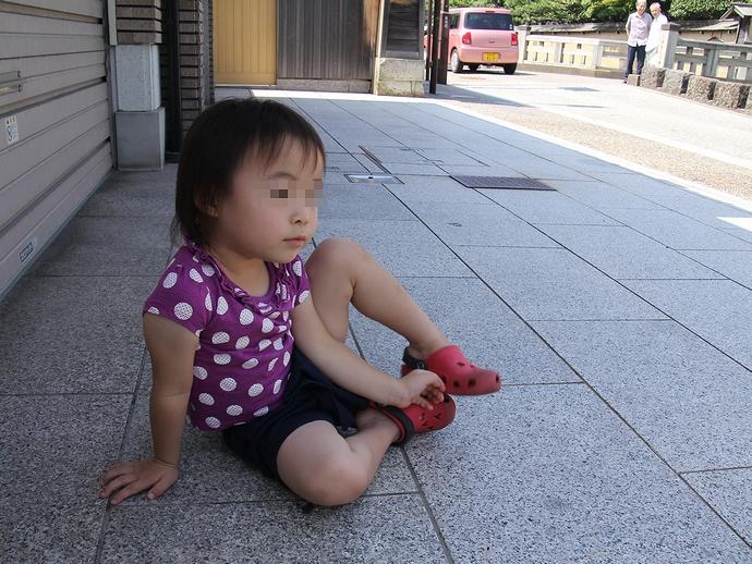 暑いから日陰でグッタリ(金沢・長町にて)