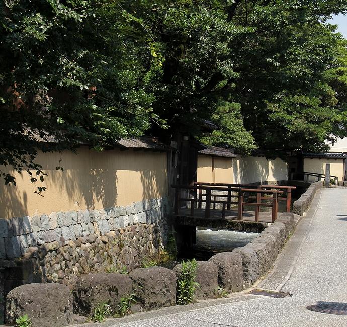 武家屋敷界隈を流れる大野庄用水(金沢長町)