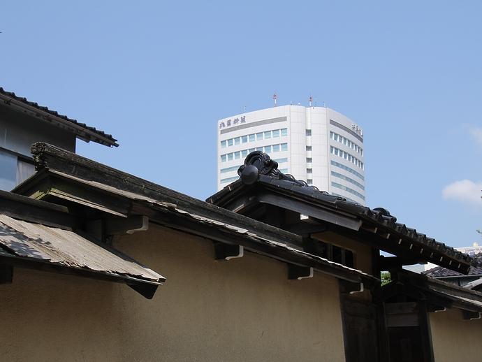 土塀の後ろに高層ビル(金沢・長町にて)