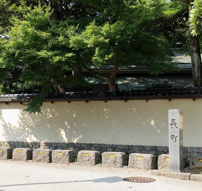 金沢長町の町名碑と土塀のある武家屋敷
