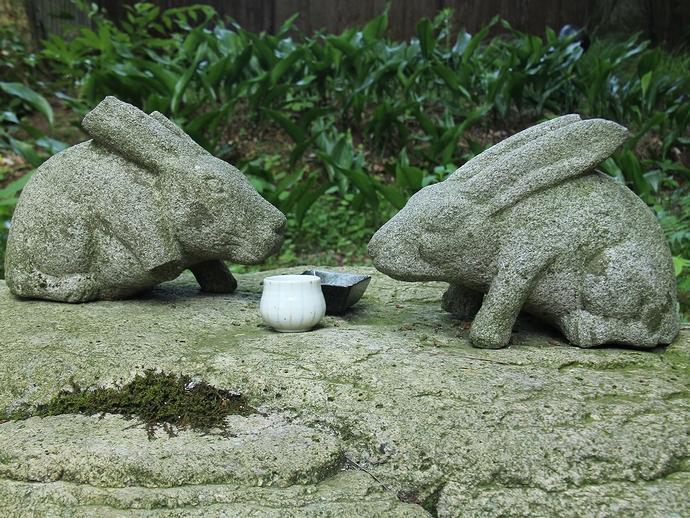 石でできたウサギの置物(金沢市玉泉園にて)