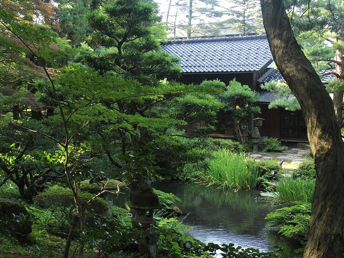 中心に池を配置した日本庭園 玉泉園(金沢市)
