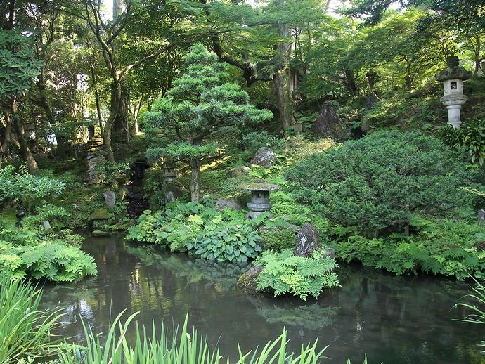 兼六園から流れる水が庭園を潤す(金沢市玉泉園)