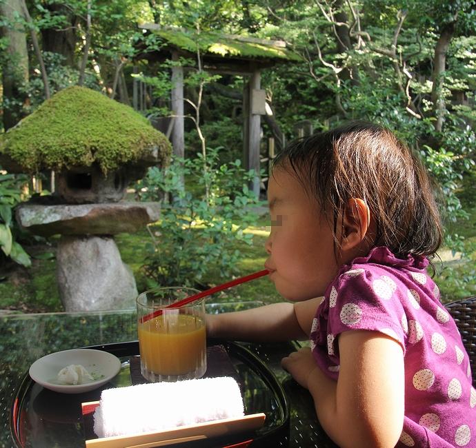 玉泉園を眺めながらオレンジジュース