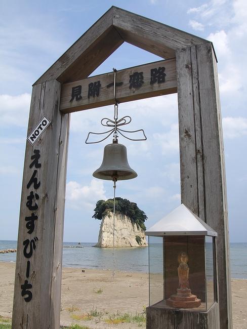 「えんむすびーち」の見附海岸 見附島と縁結びの鐘