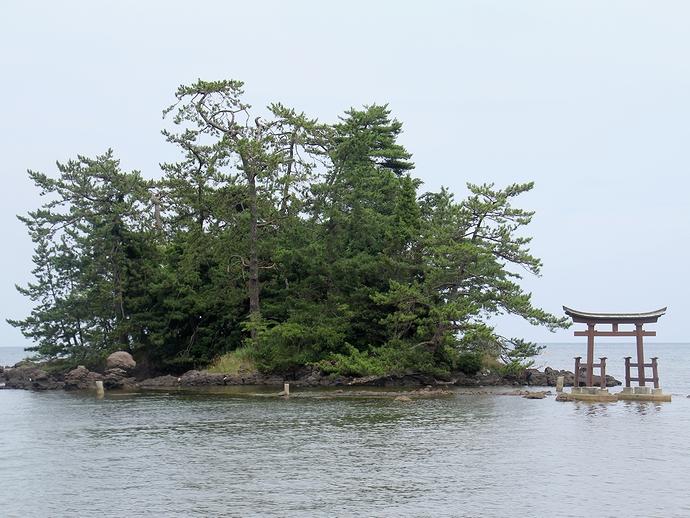 恋路海岸弁天島と鳥居(能登町にて)