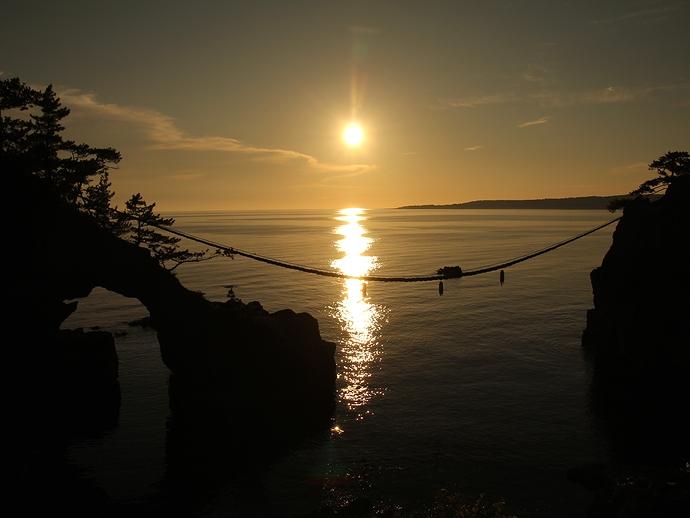 西に傾く太陽 能登二見の海が輝く