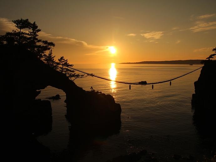 能登二見機具岩の夕日と黄金色に輝く日本海