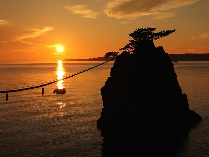 能登二見機具岩の「男岩」と夕日