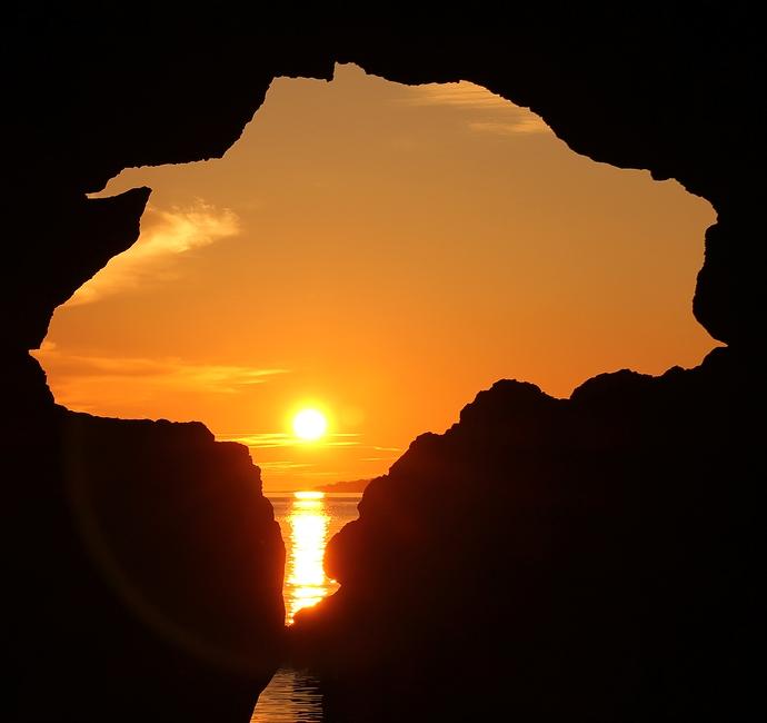 洞門越しに眺める夕日(機具岩にて)