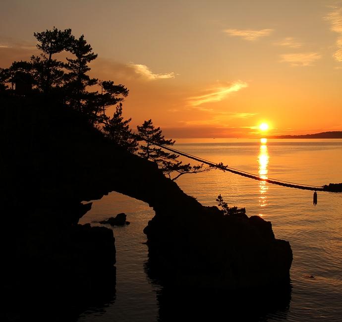 機具岩の女岩と夕日(志賀町能登二見)
