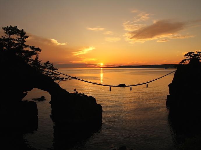 能登半島の夕日の名所「機具岩」と日本海に沈む夕日