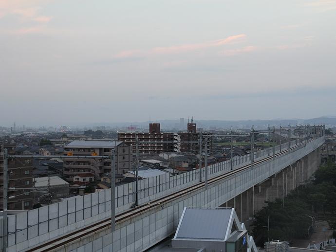 北陸新幹線のシャッタースポット JR松任駅前の立体駐車場