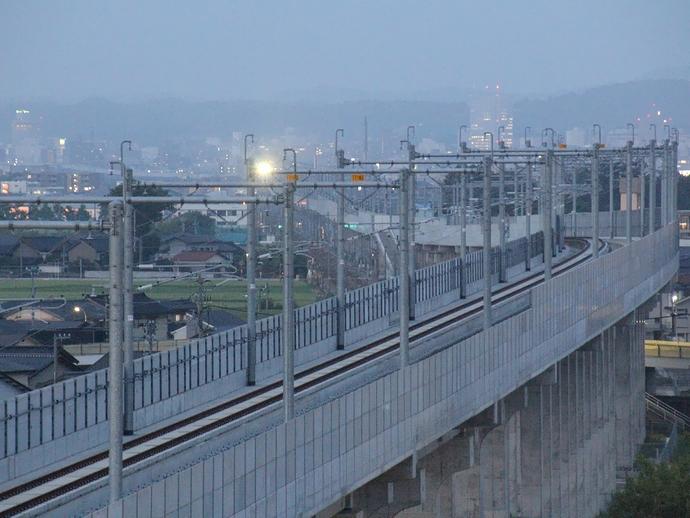 金沢市街から徐々に近づいてくる北陸新幹線W7系(試験走行中)