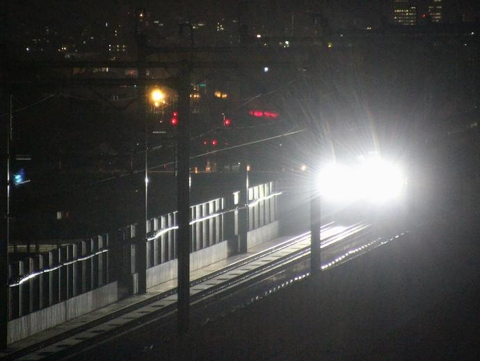 W7系の夜間走行 純白のヘッドライトを輝かせて(JR松任駅付近にて)
