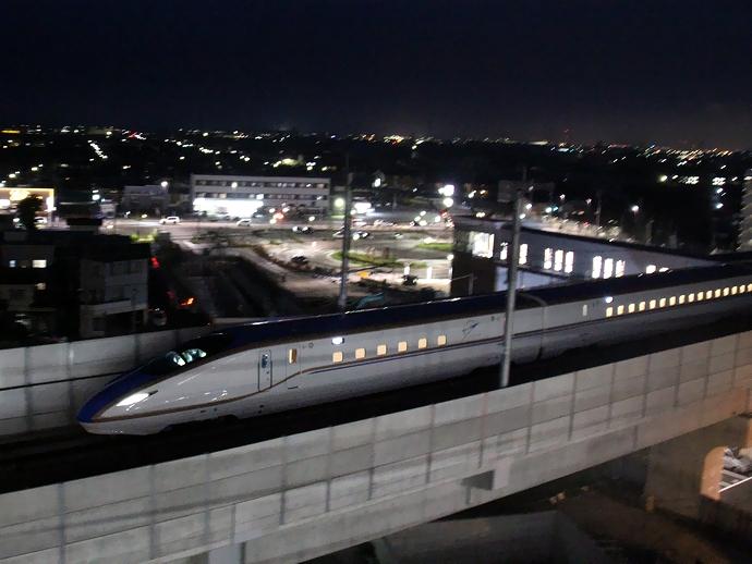 白山市付近を走行する北陸新幹線W7系 走行試験の様子