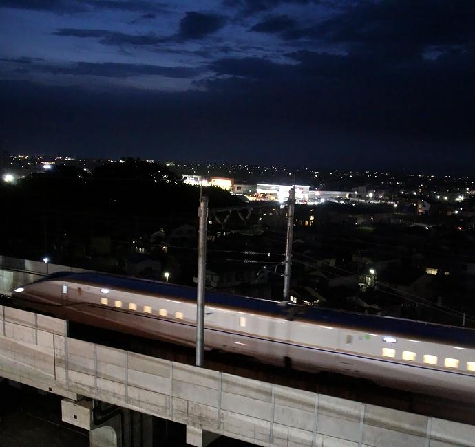 北陸新幹線W7系の夜間走行シーン(JR松任駅付近にて)