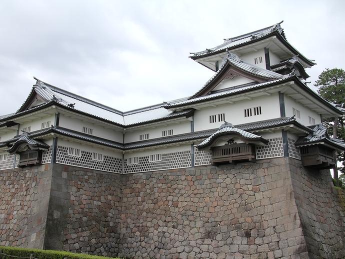 金沢城「菱櫓」を見上げる