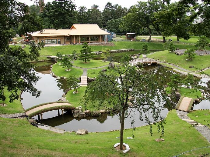 整備中の玉泉院丸庭園を見下ろす
