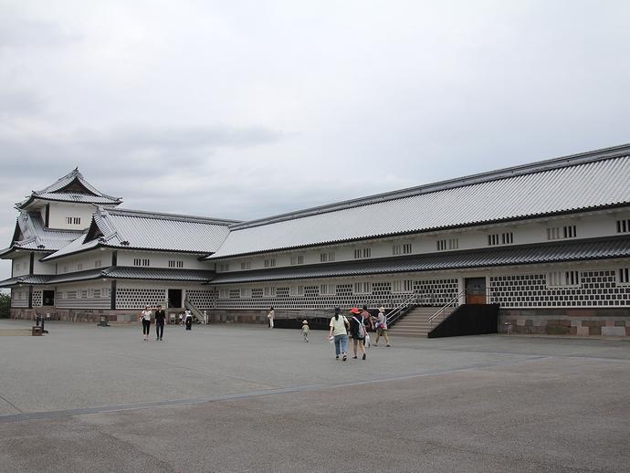 金沢城五十間長屋と菱櫓(二の丸広場より)