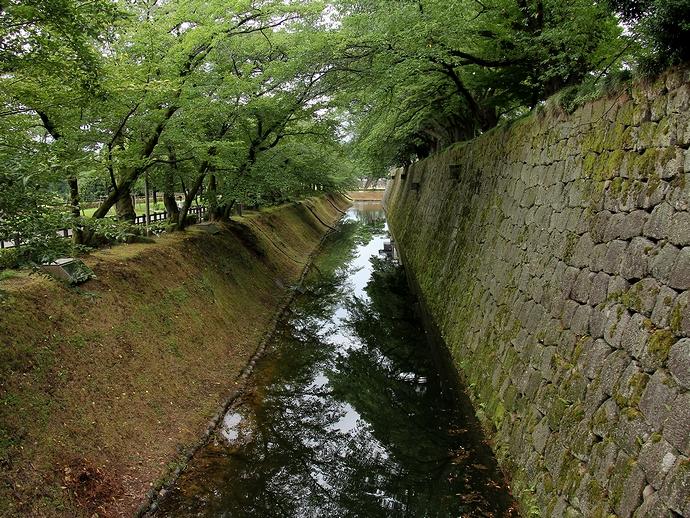 金沢城の石垣と桜並木とお堀