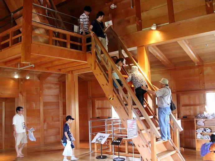 菱櫓内部 急勾配の復元階段