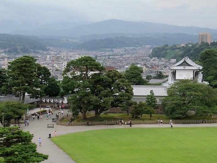 菱櫓から見下ろした金沢城公園三の丸広場と石川門