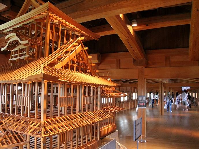 菱櫓の骨組み模型と五十間長屋(金沢城)