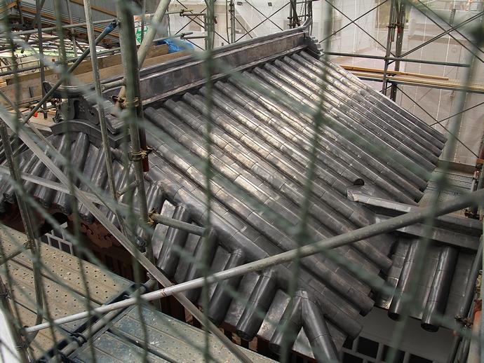 復元工事中の金沢城橋爪門と鉛瓦