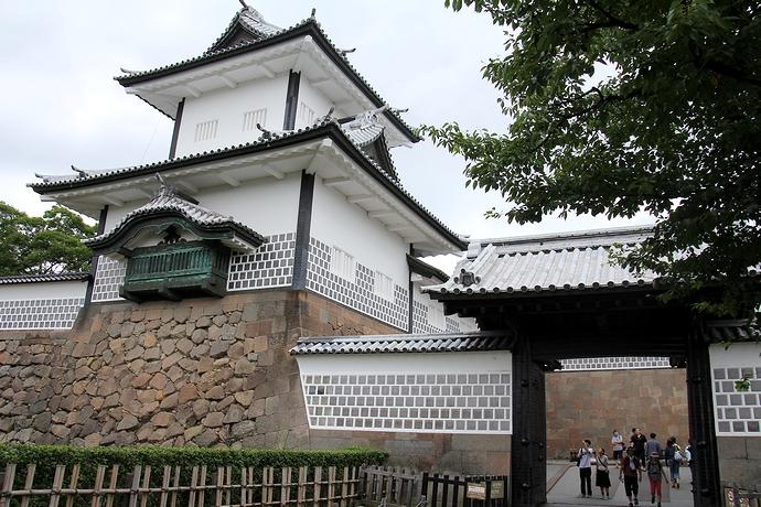 金沢城石川門をくぐる