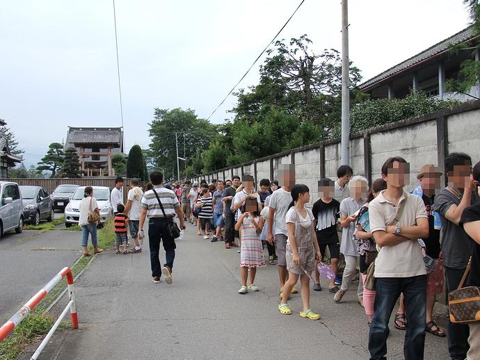 大混雑の富岡製糸場 入場待ちの長蛇の列