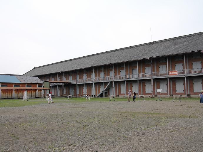富岡製糸場の中庭と西繭倉庫