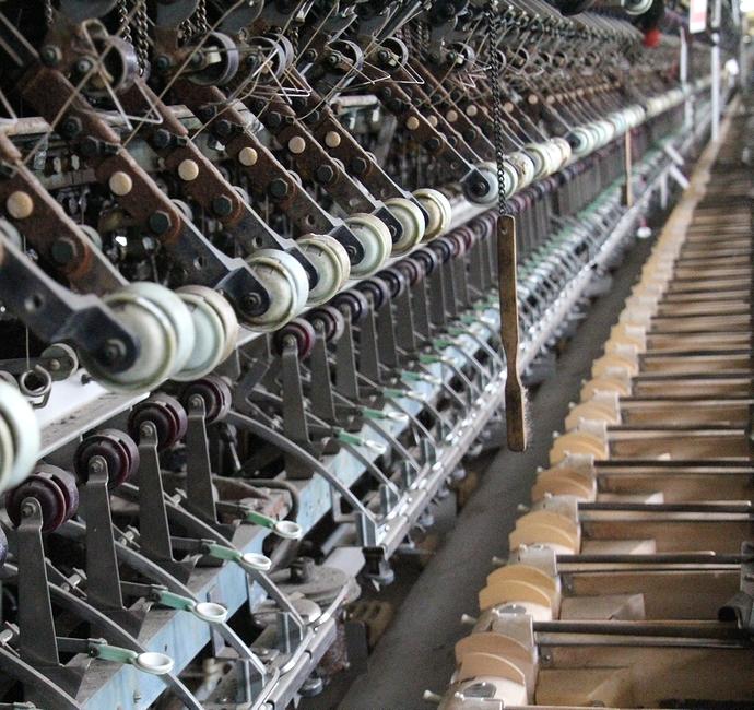 操糸工場における自動繰糸機(富岡製糸場)